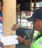 Luciano Tapa, TCWS meter reader, delivers a computer-generated billing statement to Rosalinda Taneo of Barangay Manga, Tagbilaran. Photo credit: USAID/Philippines